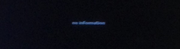 """Informationstafeln am Flughafen Zürich: """"no information""""."""