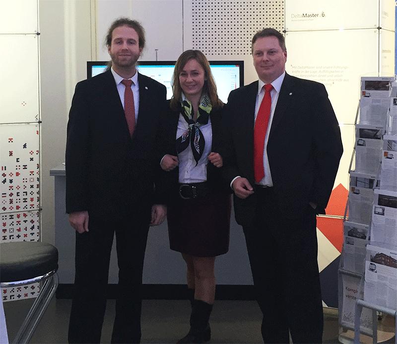 BARC Best Practise Award BI 2015 - Gruppenfoto der Sieger PASCOE: v.l.n.r. Frederik Tuczek und Barbara Ansel, André Ratz vor dem Stand von Bissantz