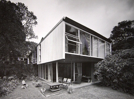 The Haresnape House in Titirangi near Auckland, New Zealand. – Image: Julia Gatley, Long Live the Modern: New Zealand's New Architecture, p. 83.