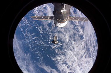 ISS mit Blick auf Shuttle Discovery